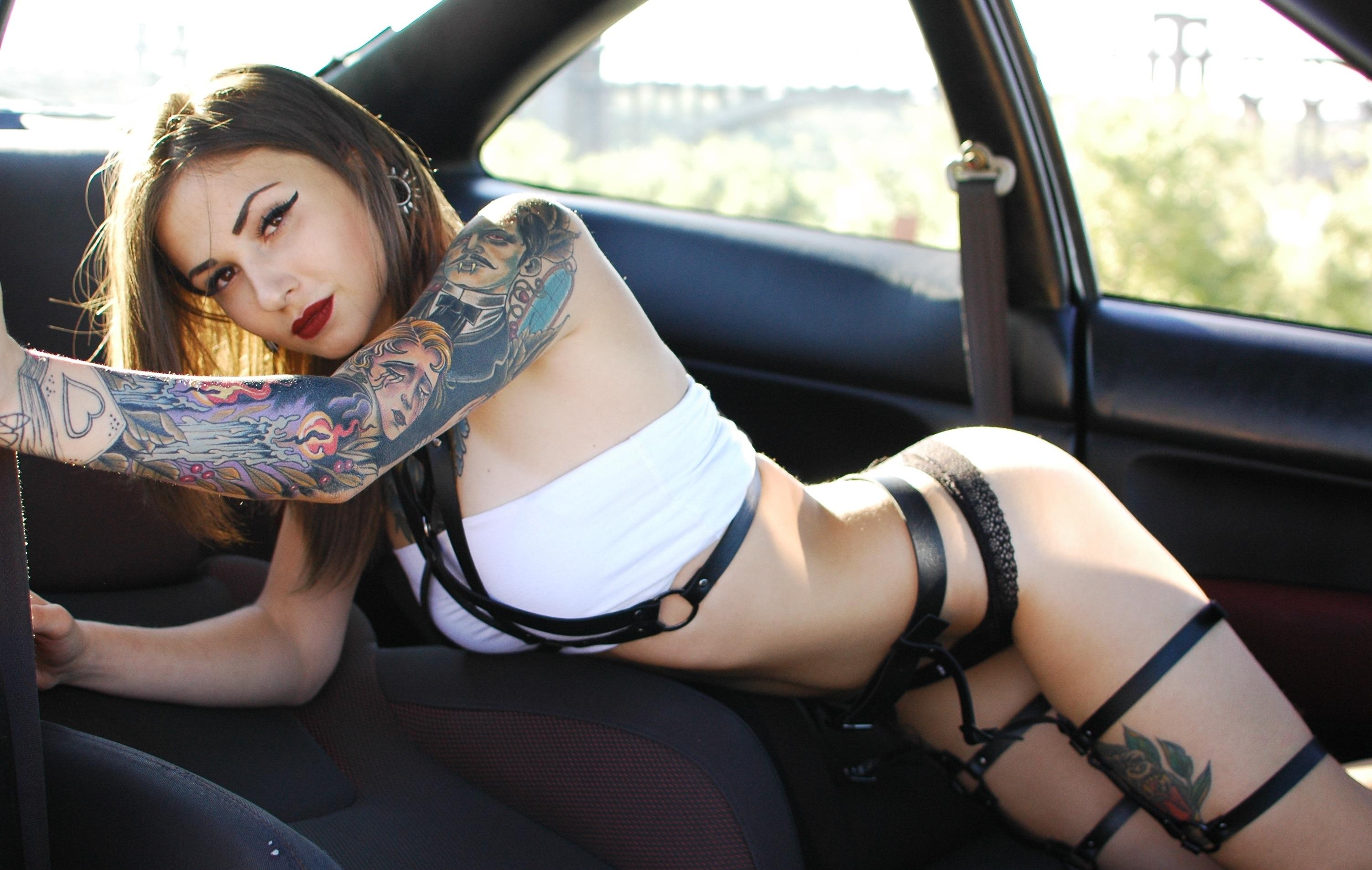 sexy ragazza tatuata